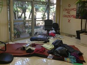Camas usadas pelos estudantes na ocupação da Reitoria (Foto: Letícia Macedo/G1)