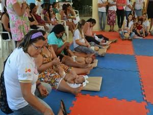 Mães também aprenderam técnicas de massagem (Foto: Franciele do Vale/G1)