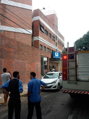 Fogo atingiu laboratório do hospital; chamas foram controladas rapidamente e ninguém se feriu (Foto: Rodrigo Couceiro/G1)