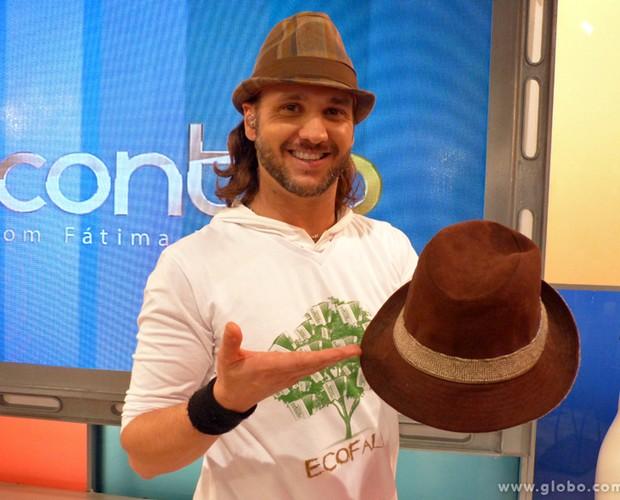 Tato, vocalista do grupo Falamansa, doou um de seus chapéus (Foto: Encontro com Fátima Bernardes/TV Globo)