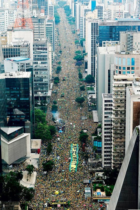MULTIDÃO Imagem aérea da manifestação na Avenida Paulista, em São Paulo. Maior do que a campanha das Diretas (Foto: Daniel Teixeira/Estadão Conteúdo)