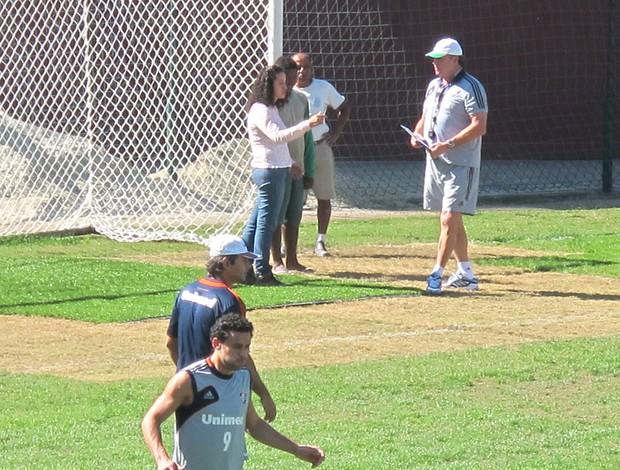 Abel Braga com responsáveis pelo gramado nas Laranjeiras  (Foto: Rafael Cavalieri / Globoesporte.com)