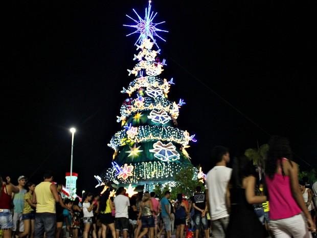 Cerca de 5 mil pessoas acompanharam a inauguração da árvore de Natal na Ponta Negra (Foto: Ive Rylo/G1 AM)