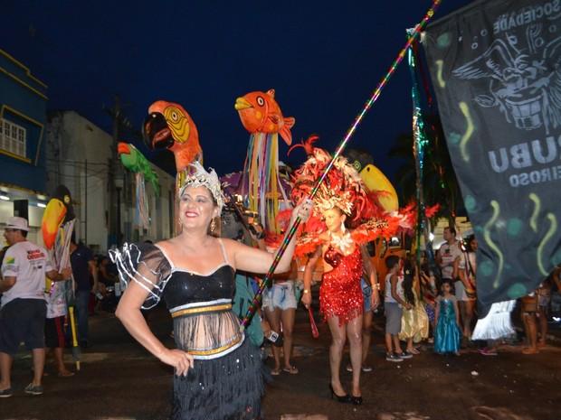 Bloco reuniu folióes pelas ruas do Centro de Rio Branco (Foto: Quésia Melo/G1)