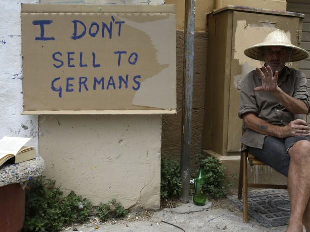 'Eu não vendo para alemães', diz cartaz feito por vendedor de miniaturas em região turística em Atenas, na Grécia (Foto: Thanassis Stavrakis / AP)