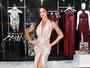 Aline Riscado posa com vestido decotadíssimo em evento em SP