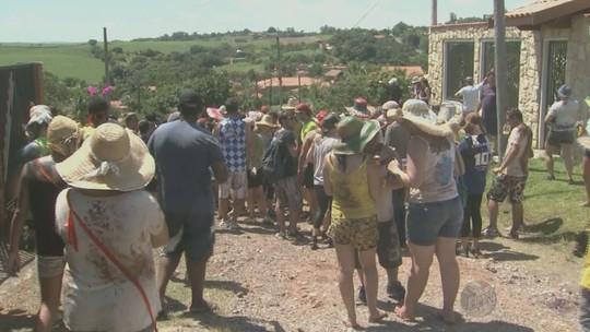 Carnaval une banquete e banho de lama há 153 anos em Piracicaba, SP
