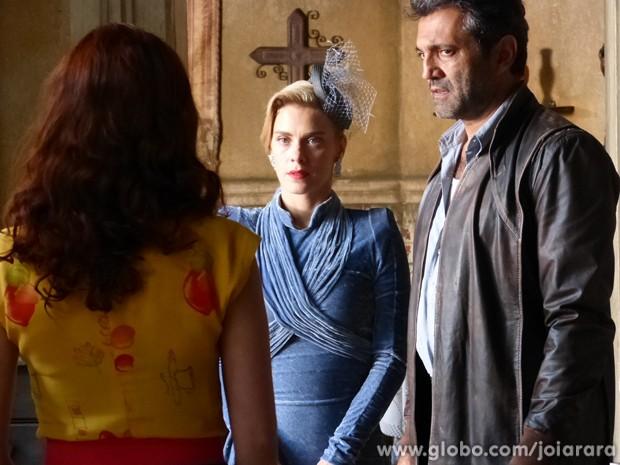Iolanda encontra Mundo com Dália e desconfia da proximidade dos dois (Foto: Joia Rara / Tv Globo)