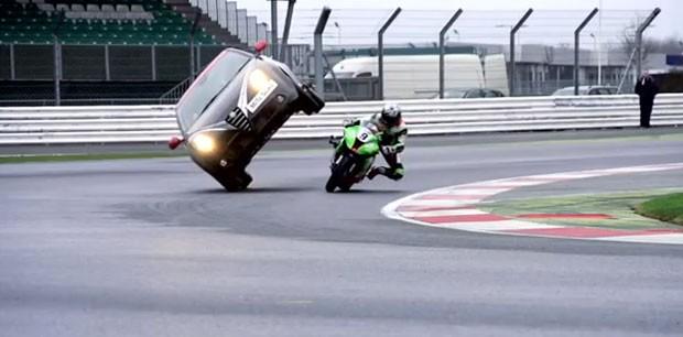 Alfa Romeo desafia moto para mostrar habilidades do MiTo Quadrifoglio Verde SBK (Foto: Reprodução/Divulgação)