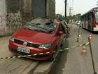 Homens são encontrados mortos dentro de carro em avenida de SP