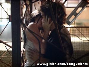 Os dois se entregam a paixão! (Foto: Sangue Bom/TV Globo)
