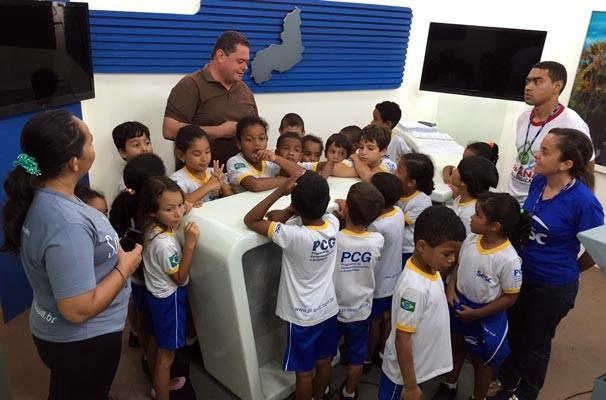 Alunos do PPCG do SESC de Floriano aprendem sobre os bastidores do telejornal e funcionamento de uma emissora de televisão (Foto: TV Alvorada)