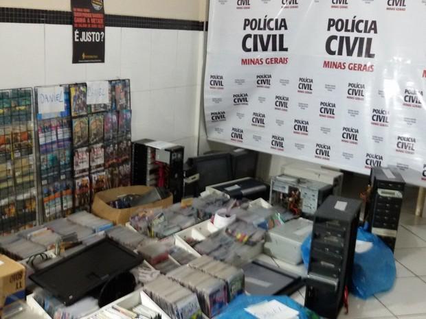 Aproximadamente cem mil unidades de CD's e DVD's foram apreendidos na operação (Foto: George Gonçalves)