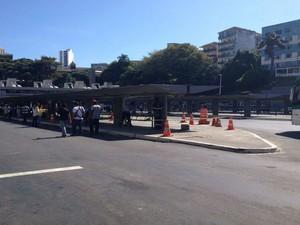 Ponto de passageiros foi interditado depois do acidente (Foto: Rafael Teles/G1)