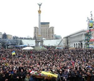 População participa de funeral de manifestantes mortos em confronto com a polícia em Kiev, Ucrânia (Foto: EFE)