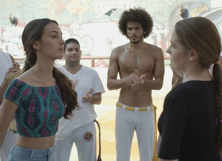 Luciana joga capoeira com Dani e acerta chute de propósito