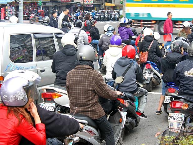 A capital de Taiwan, Tapei, é tomada por scooters. Cidade possui regras que incentivam o uso de moto  (Foto: Rafael Miotto/G1)