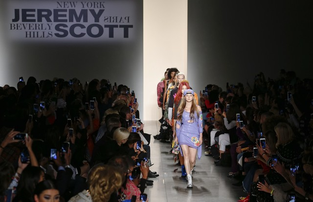 NEW YORK, NY - SEPTEMBER 08:  Models walk the runway during the Jeremy Scott fashion show during during New York Fashion Week at Spring Studios on September 8, 2017 in New York City.  (Photo by Brian Ach/Getty Images) (Foto: Getty Images)