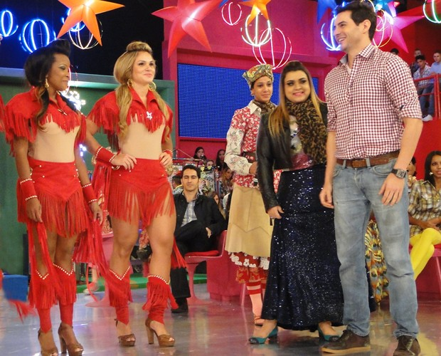 Ricardo Tozzi e Preta Gil improvisam no samba (Foto: Esquenta / TV Globo)