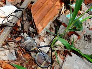 Óculos do taxista foi encontrado perto da ribanceira onde corpo foi deixado (Foto: Priscilla Alves/ G1)