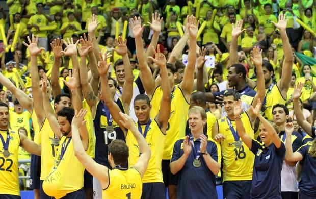 Jogadores da seleção brasileira de vôlei festejam título no pódio (Foto: Divulgação/CBV)