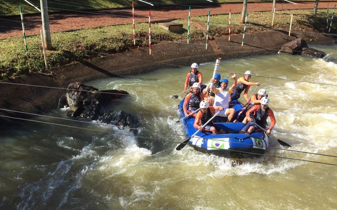 O canoísta iguaçuense Felipe Borges conduziu a tocha olímpica em um rafting pelo Canal Itaipu (Foto: Pedro Veríssimo)