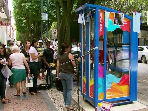 Cabine Literária tem acervo gratuito disponível para moradores em Poços de Caldas (Foto: Reprodução EPTV)