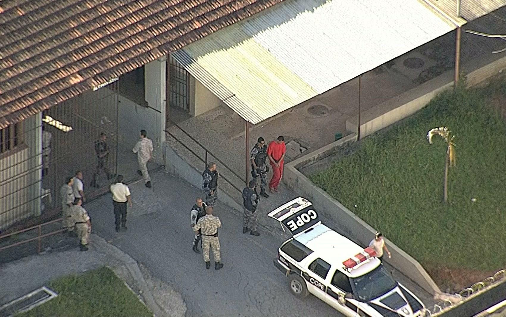 Bruno sai da Penitenciária Nelson Hungria em direção ao fórum. (Foto: Reprodução/TV Globo)