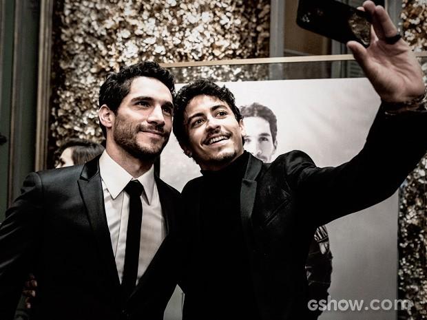 Alain pede uma 'selfie' com Antonio Gonzalez (Foto: Fábio Rocha / TV Globo)