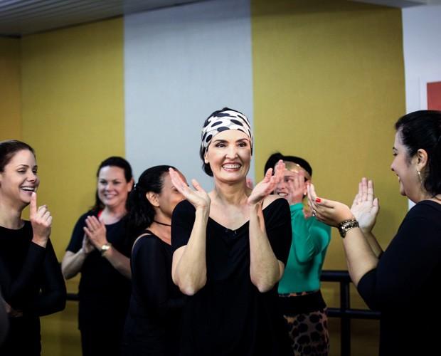 Fátima Bernardes toda sorridente durante aula de dança (Foto: Camila Camacho / TV Globo)