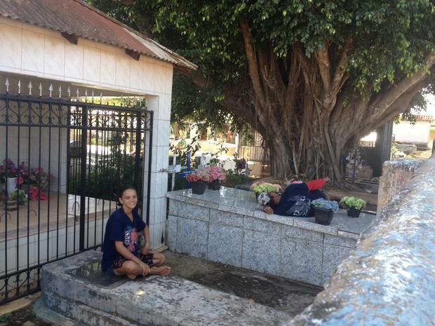 Casal voltou a morar no cemitério em Guajará-Mirim (Foto: Dayanne Saldanha/G1)