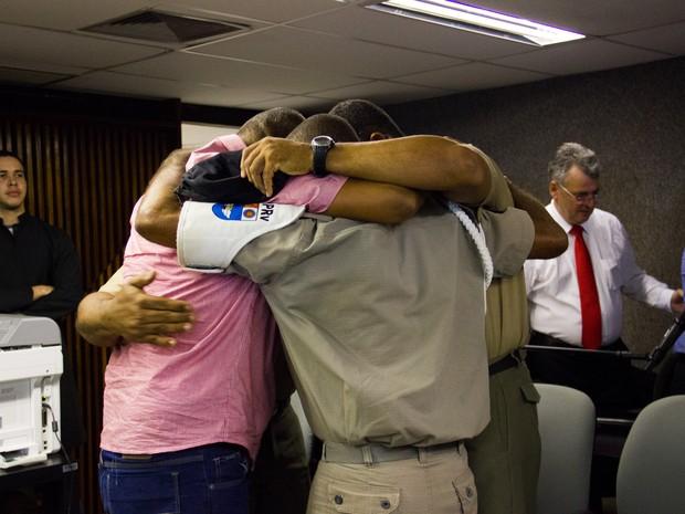 Réus se abraçam após leitura da sentença. (Foto: Jonathan Lins/G1)