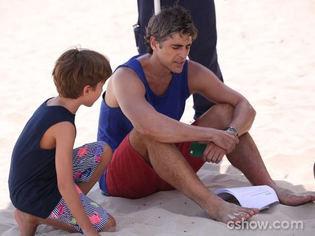 Em gravação na praia, atores ensaiam cena em que Cadú se sente mal (Foto: Carol Caminha/TV Globo)