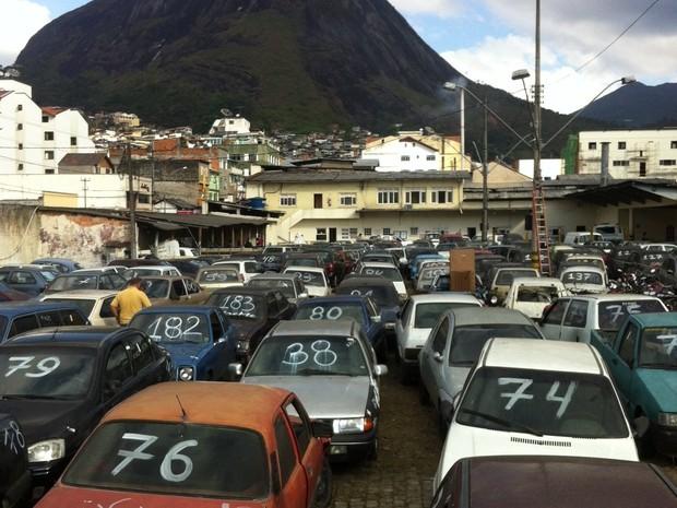 No pátio da Autran, centenas de carros estão expostos para o leilão (Foto: Leandro Oliveira/ InterTv)