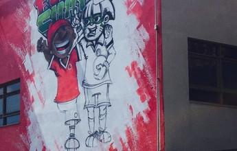 Inter faz nova homenagem à Chape com Saci e Índio abraçados em mural