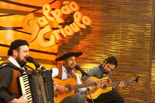 Músicos no Galpão tocaram músicas farroupilhas (Foto: Verônica De Giacomo/RBS TV)