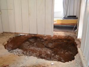 Buraco atingiu parte da sala e do quarto da casa (Foto: Lauane Sena/G1)