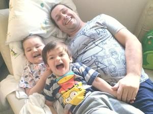 Paulinho com o irmão e pai em hospital em São Paulo (Foto: Paula Chagas/Divulgação)