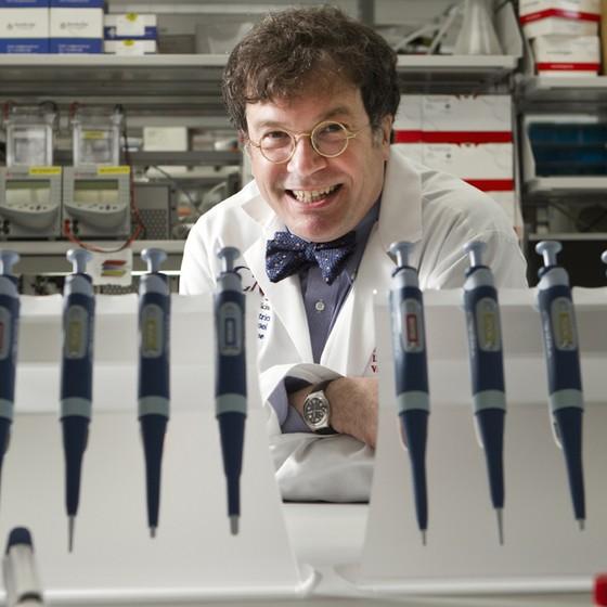 Dr. Peter Hotez, presidente do Instituto de Vacinas Sabin e reitor fundador da Escola de Medicina Tropical do Baylor College of Medicine, posa para um retrato no laboratório do instituto (Foto: Houston Chronicle, Brett Coomer/AP)