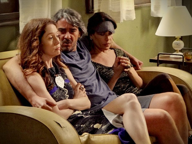 Cadinho põe Noêmia e Alexia para trabalhar (Foto: Avenida Brasil / TV Globo)