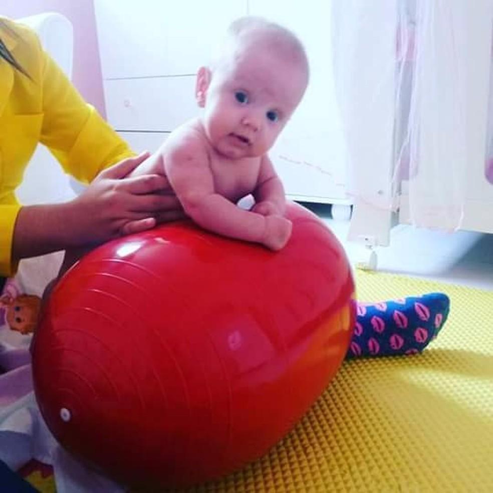 Laura em uma das muitas sessões de fisioterapia em que passou (Foto: Arquivo Pessoal/ Gabriela Barbosa)