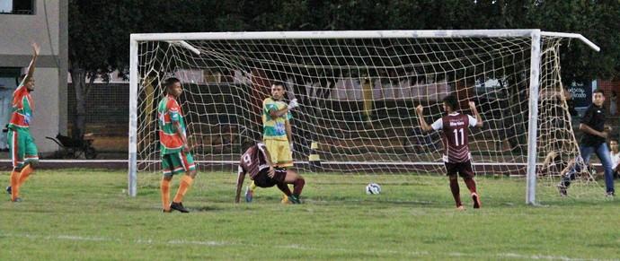 Gol de Welligton que escorou fazendo o gol do empate do Atlético Roraima (Foto: Imagem/Tércio Neto)