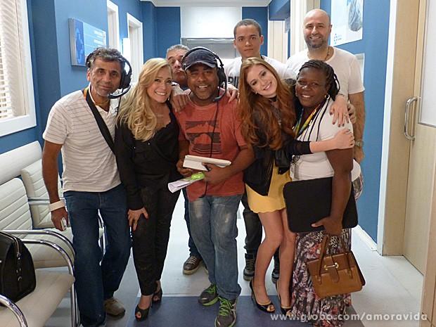 Diretor Mauro Mendonça Filho e a equipe após a gravação das cenas (Foto: Amor à Vida / TV Globo)