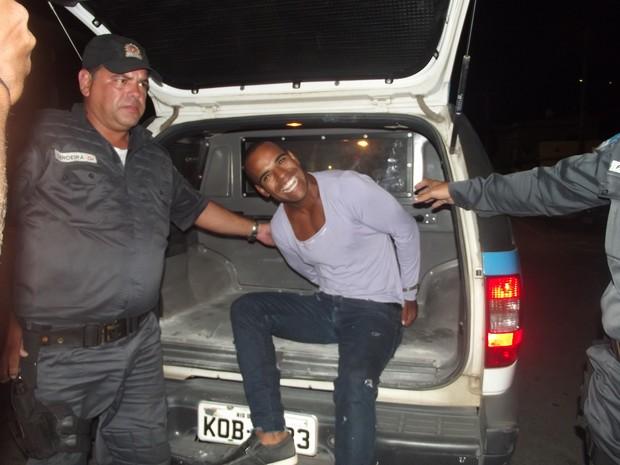 Homem sorri ao ser preso em Cabo Frio (Foto: Heitor Moreira  / G1)