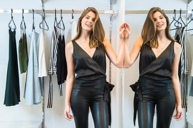Camila Queiroz escolhe suas roupas do closet de Pega Pega  (Foto: Raquel Cunha/TV Globo )