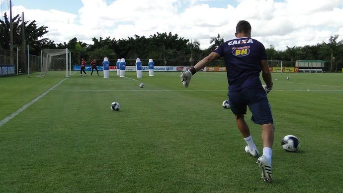 Preparador Robertinho comanda treino dos goleiros do Cruzeiro na Toca II (Foto: Marco Antônio Astoni)