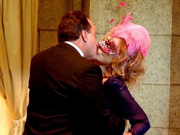 Na lembrança de Charlô, ela beija Otávio ao som de um bolero (Foto: Guerra dos Sexos / TV Globo)