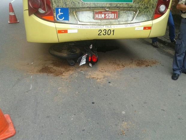 Um motociclista 18 anos foi parar debaixo de um ônibus na manhã deste sábado (21) em Divinópolis.  Segundo informações do Corpo de Bombeiros, o jovem não conseguiu desviar do ônibus que estava parado e entrou debaixo do veículo.  A perna do motociclista chegou a ficar presa na roda do coletivo. Ele teve apenas algumas escoriações e foi levado para o hospital Santa Mônica. (Foto: Gilson Leopopdino/Divulgação)