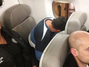 Rodrigues (C, olhando pela janela) foi escoltado por policiais civis em Porto Alegre (Foto: Reprodução/RBS TV)