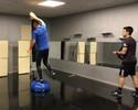 Diego Alves aproveita folga no Espanhol para treinar reflexos com aparelho de laser